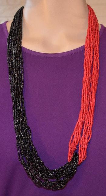 Läckert halsband i snyggt svart-röd mix
