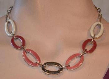 Kort halsband i vinröd färg