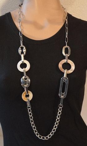 Fräckt halsband med fräcka detaljer
