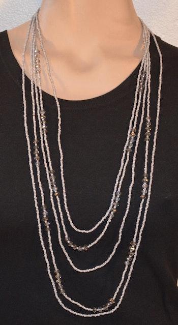 Vackert pärlhalsband med små grå pärlor