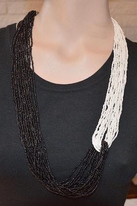 Häftigt pärlhalsband svart/vit
