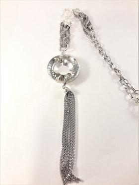 Silverfärgad halskedja och hänge med glittrande stor sten