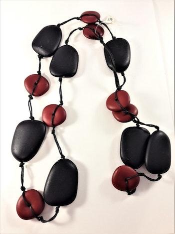 Långt halsband med stora ovaler och rundlar svarta och röda