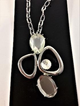 Halskedja med silverfärgade och detaljer och vita stenar