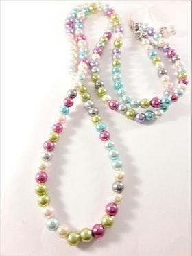 Långt halsband med pärlor i olika färger, pastell