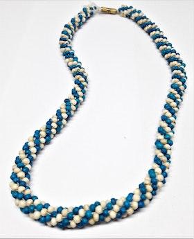 Kort halsband med blå och vita små kulor