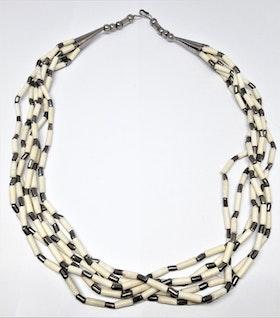 Flerradigt halsband i vitt