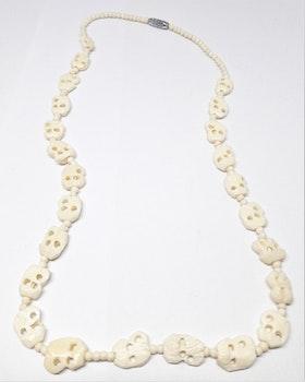 Halsband i ben med snidade figurer