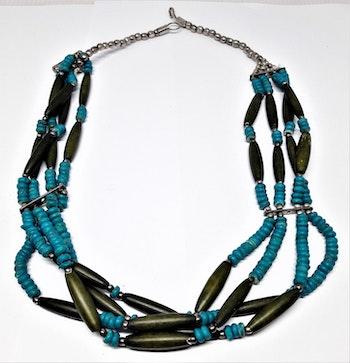 Flerradigt halsband i grönt och blått