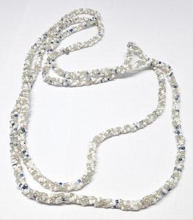Långt halsband med små kulor i vita och blå toner