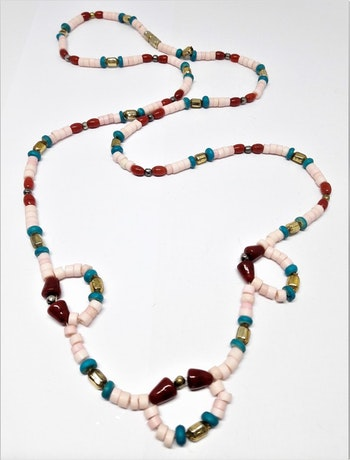 Halsband i ben, metall och sten
