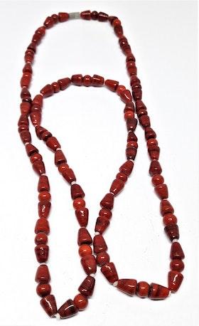 Halsband med röda olikformade stenar
