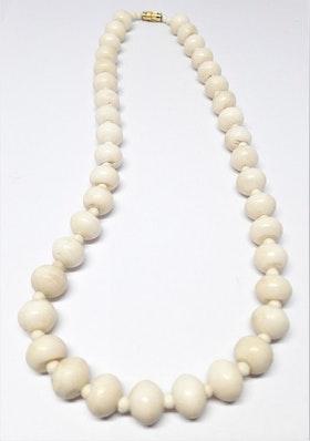 Kort halsband med kulor av ben, liten mellankula