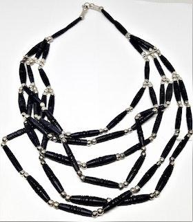 Blått flerradigt halsband i ben och metall