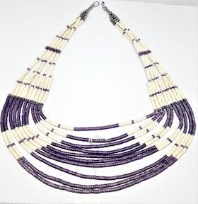 Flerradigt lila och vitt halsband i ben