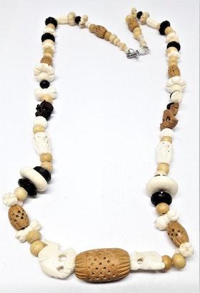 Halsband i ben med utskurna figurer, bl.a. kameler och elefanter