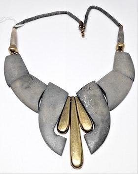 Halsband i ben, grått med gul metall