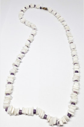 Kort halsband i vitt och lila