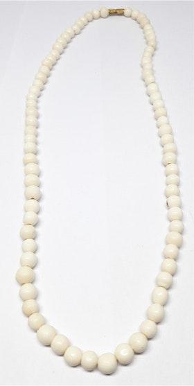 Kort halsband med mindre kulor av ben