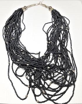 Flerradigt grått halsband av små pärlor, silverfärgad metall