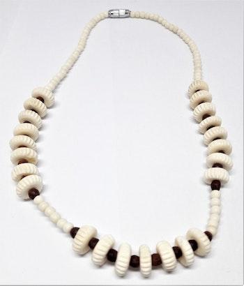 Kort halsband i ben, bruna kulor