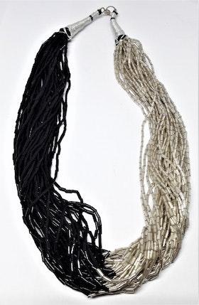 Flerradigt tvåfärgat halsband av små stavformade pärlor