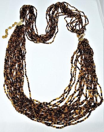 Flerradigt tvåfärgat halsband av små bruna pärlor