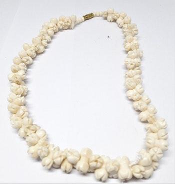 Halsband av ben med täta blommor