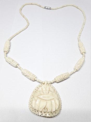 Halsband av ben med utsirade ovaler och hänge