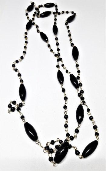 Långt halsband med medelstora ovaler i svart