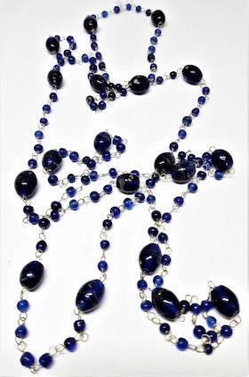 Långt halsband med mindre kulor i blått