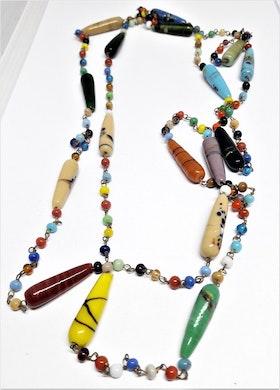Långt halsband med mixade avlånga färger/kulor