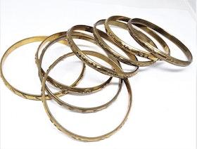 Stelt guldfärgat metallarmband