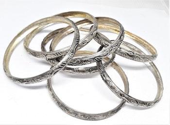 Stelt silverfärgat metallarmband