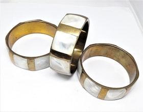 Skimrande, stelt metallarmband, bredare