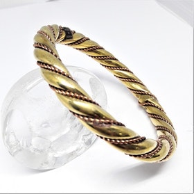 Stelt smalt guldfärgat armband