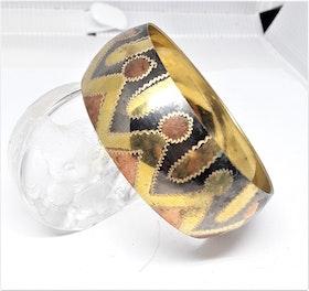 Stelt brett guldfärgat med färgat mönster