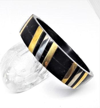 Stelt armband med guld- och silverfärgade ränder