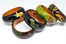 Stelt armband med målade djur, av trä