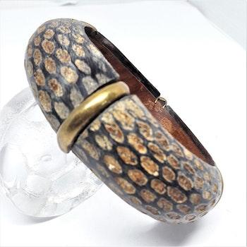 Stelt armband av trä med ormskinnsmönster och 1 rand