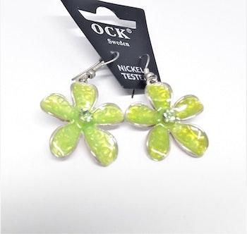 Emaljerat, ljusgrönt örhänge i form av blomma, ca 3 cm