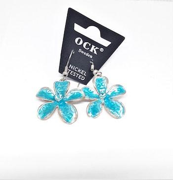 Emaljerat, ljusblått örhänge i form av blomma, ca 3 cm