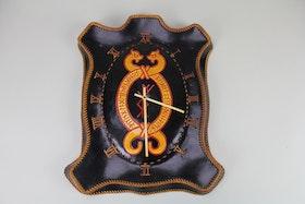 Väggklocka i läder i vikingastil och med skuren vikingaskrift