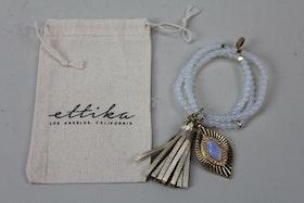 Handgjort ljusblått armband med charmtofs, Ettika design, California