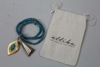 Handgjort armband i mörk turkos och guldfärg, Ettika design, California
