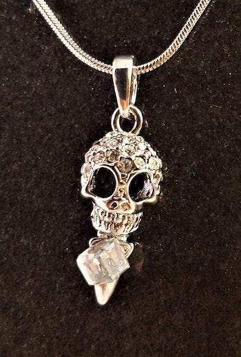 Halsband med glittrande dödskalle och sten