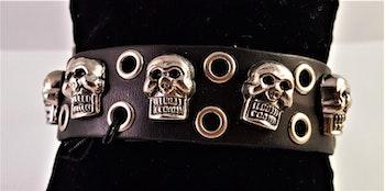Armband i läder med dödskallar i metall