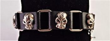 Armband i läder med länkar och dödskallar i metall
