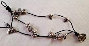 Armband med 3 rader små dödskallar i metall