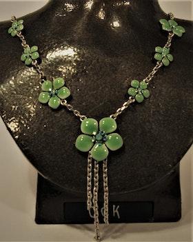 Halsband med gröna detaljer i form av blommor